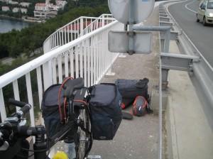 Dvakrat sem moral raztovoriti kolo, da sem ga lahko dvignil preko ovire.